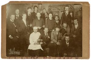 Portret van Jhr. Eltjo Aldegondus van Beresteyn (1876-1948) en vijftien andere mannen