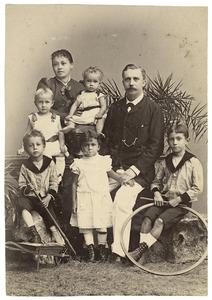 Portret van Jan Harting (1854-1926), Elina Anna Clark (?-1934) en hun kinderen