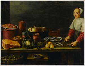 Keukenmeid bereidt vis aan een tafel met daarop een ham, diverse groenten en kookgerei