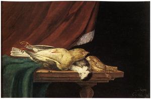 Stilleven van gevogelte op een deels met een groen kleed bedekte tafel voor een gordijn