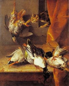 Een stilleven van dood wild op een marmeren blad met een turende kat vanachter een oranje gordijn
