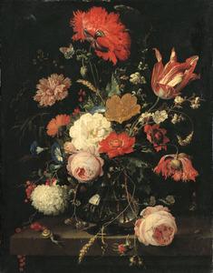 Bloemen in een glazen vaas met verschillende insecten, een vlinder, een slak en een spin