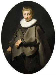 Portret van een jongen in grijs