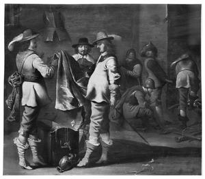 Wachtlokaal met officieren die hun buit bekijken met in de achtergrond manschappen rond een haardvuur