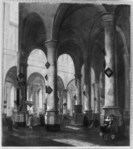 Interieur van een kerk met kerkbezoekers en een grafdelver