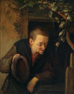 Oude boer met de hoed in de hand voor een deur