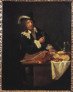 Jonge man met een roemer aan een gedekte tafel waarop een viool