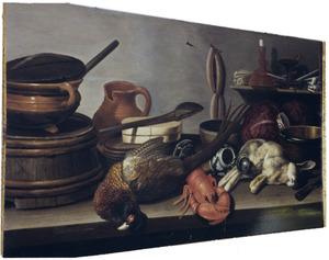 Keukenstilleven met vaatwerk, een fazant, een kreeft en een haas