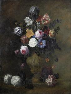 Tulpen, rozen, een tuinanjer en andere bloemen in een terracotta vaas op een stenen plint