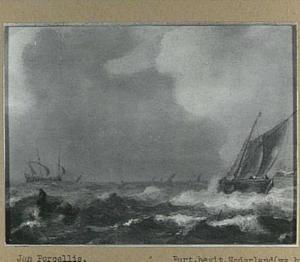 Schepen op zee bij een stevige bries met linksvoor een roeibootje