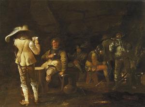 Kaartende, rokende en drinkende soldaten in een wachtlokaal