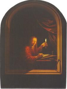 Jonge man schrijft bij kaarslicht