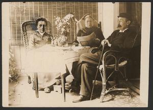 Theo van Hoytema en zijn twee zusters