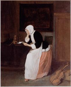 Brieflezende vrouw in een interieur