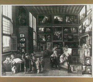 Interieur van een kunstkamer met kunstliefhebbers