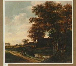 Landschap met wandelaars op een landweg langs een sloot