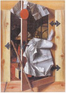 Trompe l'oeil van een open kast met siervaatwerk, muziekinstrumenten, documenten en andere objecten