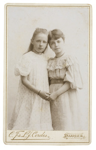 Portret van Romelia Ellegonda Duranda de Kanter (1886-1964) en Johanna Adriana van Rossum (1886-...)