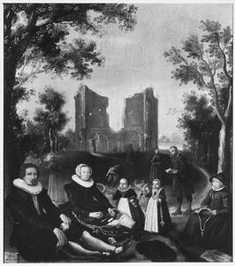 Portret van een familie voor de ruïne van de kapel van Onze-Lieve-Vrouw ter Nood te Heiloo
