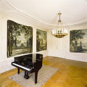 Kamer met behangselschilderingen en bovendeurstuk