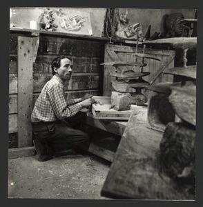 De beeldhouwer Wessel Couzijn bij zijn 'Monument voor de koopvaardij'