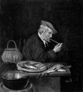 Rokende man achter een tafel waarop vis ligt