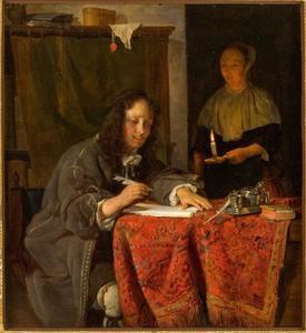 Jonge man die een brief schrijft