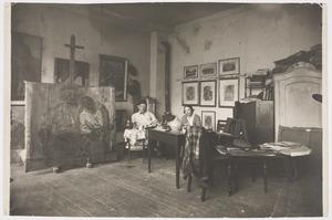 Herbert Fiedler zittend  in zijn atelier met zijn vriendin Vera