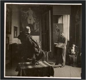 Anatole France poserend voor Kees van Dongen met rechts de echtgenote van Anatole in diens atelier Villa Said, Parijs, 1917-1922