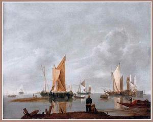 Schepen voor de kust in windstil weer, op de voorgrond vissers