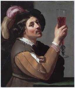 Jonge man met een glas wijn
