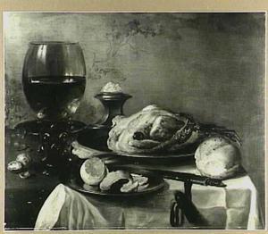 Stilleven met gebraden kip, geschilde citroen, brood, roemer en zoutvat