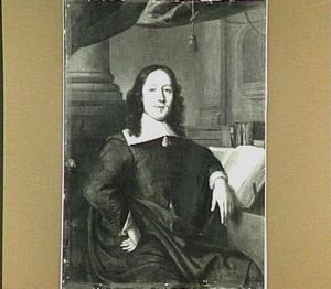 Portret van een man gezeten aan een lessenaar
