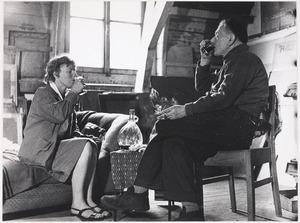 Herbert Fiedler samen met fotografe An Tydeman in zijn atelier aan het Frederiksplein te Amsterdam.