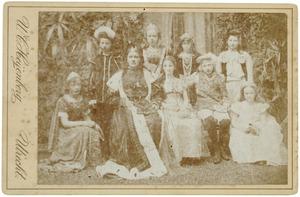 Groepsportret van jonge vrouwen in middeleeuws kostuum