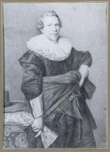 Portret van een staande man met handschoen
