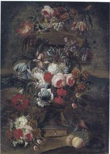 Bloemen gedrapeerd om een tuinvaas in een landschap