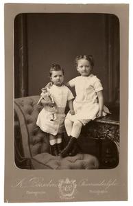 Portret van Jkvr. Catharina Johanna (Cateau) Hoeufft (1875-?) en Jkvr. Aleida Sibilla Sara Hoeufft (1878-1962)