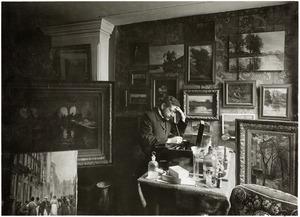 De schilder Albrecht Felix Reicher in zijn atelier op de Nieuwe Heerengracht 135, Amsterdam
