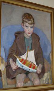 Portret van een jongen met een zeilbootje in de hand