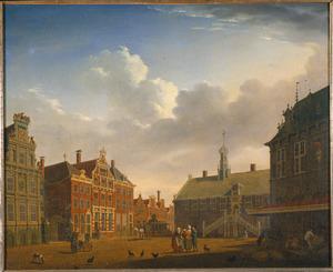 Gezicht op de markt van Hoorn met het stadhuis, de Waag en het Statencollege