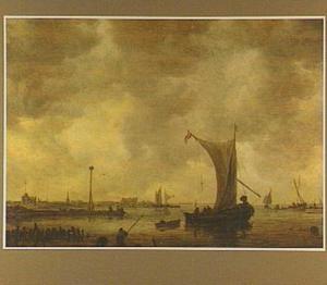 Riviergezicht met schepen, vissers en een baken op een landtong links