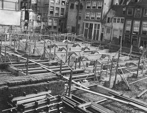 Gezicht op de bouwput van het Heiligeweg zwembad te Amsterdam