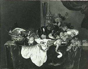 Stilleven met fruit, brood en kreeft, een ham, tin, glaswerk, porseleinen schaal, akeleibeker en een horloge op een donker kleed met wit servet