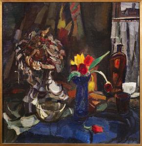 Stilleven met bloemen en glaswerk, voor venster