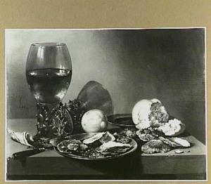 Stilleven met roemers, oesters, brood en een citroen