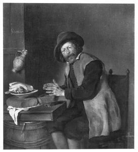 Aan tafel zittende man warmt zijn handen boven een vuurtest