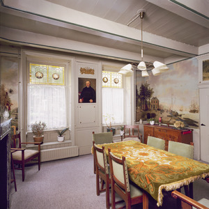 Kamer met neoclassicistische wandafwerking, geschilderde behangsels en vensters met bovenlichten voorzien van glas-in-lood.