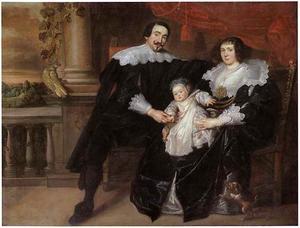 Portret van een man en een vrouw met hun kind, zittend op een terras
