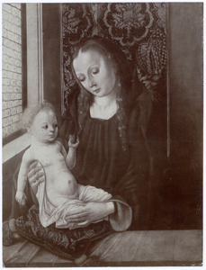 Maria met kind op een kussen bij een venster